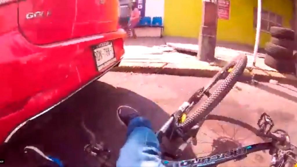 #Video Taxista atropella a ciclista y huye; Semovi lo llama a comparecer - Taxista atropella a ciclista en la CDMX; huye del lugar y Semovi lo llama a comparecer. Foto Captura de pantalla