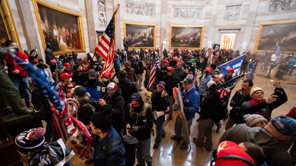 Diarios de EE.UU. culpan a Trump de la violencia y exigen su destitución - Toma del Capitolio de EE.UU. Foto de EFE