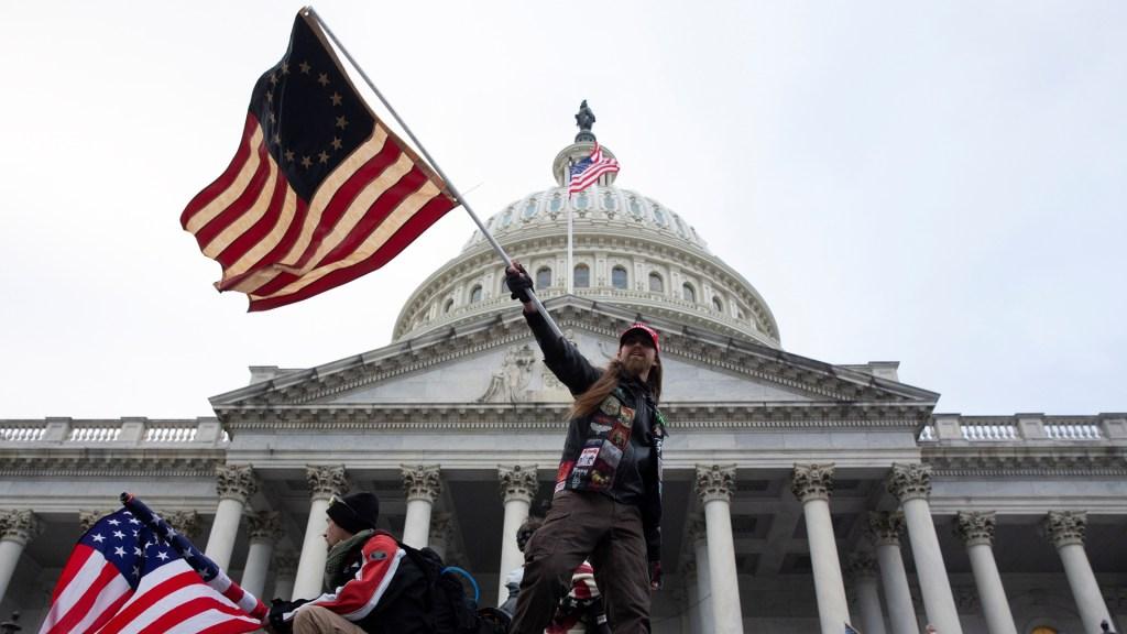 Detienen a otro presunto participante en toma del Capitolio de EE.UU. en enero - Toma violenta del Capitolio de EE.UU. Foto de EFE