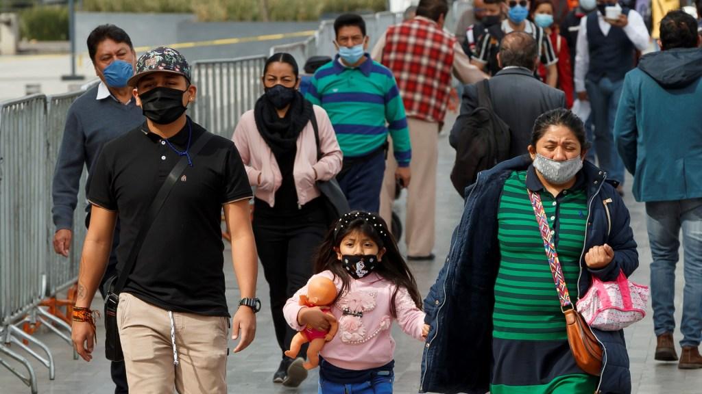 México no está exento de una nueva crisis económica, afirma López Obrador - Transeúntes en CDMX durante pandemia de COVID-19. Foto de EFE