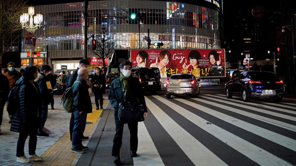Declaran emergencia sanitaria en Tokio por aumento récord en casos de COVID-19 - Transeúntes en Tokio durante pandemia de COVID-19. Foto de EFE