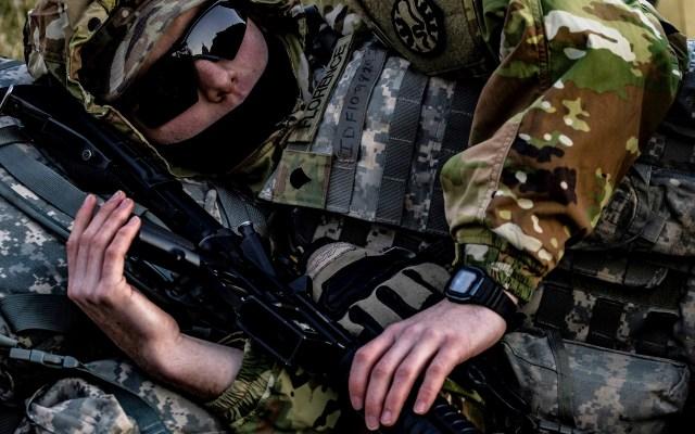 Tropas de la Guardia Nacional en el Capitolio de Estados Unidos - Un miembro de la Guardia Nacional de Idaho duerme con su rifle M4 en el césped este del edificio del Capitolio de los Estados Unidos, que se refleja en sus gafas de sol, en Capitol Hill en Washington. Foto de EFE/EPA/SAMUEL CORUM.