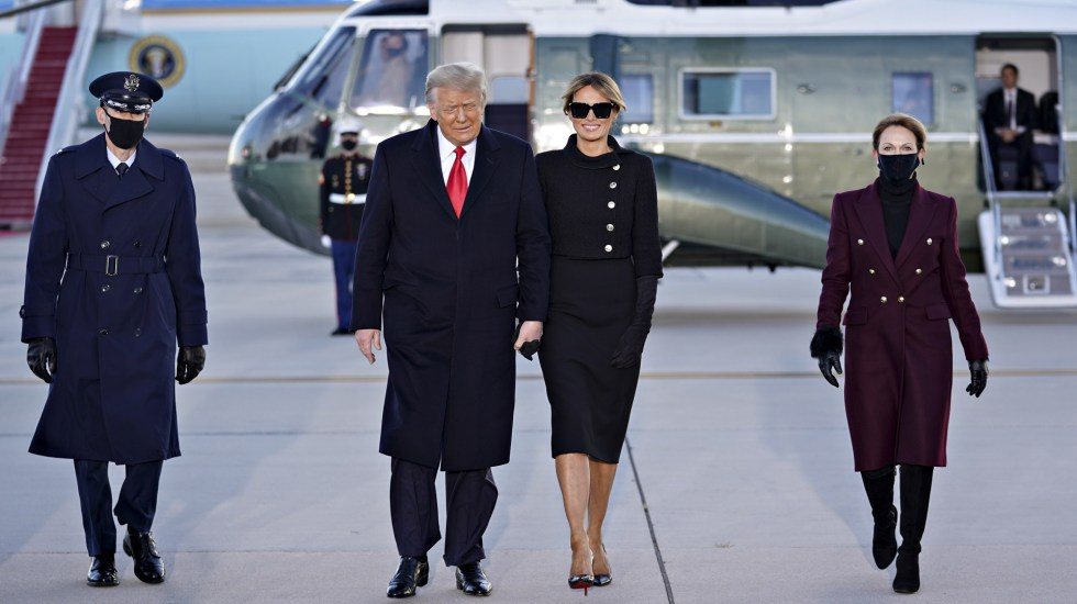 ¿Quién tiene el maletín nuclear? Trump se llevó uno a Florida - Trump y Melania a su llegada a la base militar Andrews. Foto de EFE