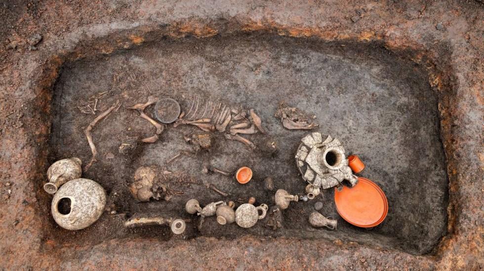 Descubren en Francia la tumba de un niño de hace 2 mil años - Tumba de niño hallada en aeropuerto francés. Foto de Denis Gliksman / Inrap
