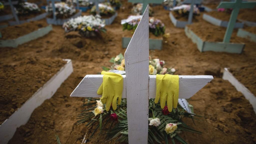 Lamenta OPS que América llegue al 'hito trágico' de un millón de muertes por COVID-19 - Tumbas de víctimas por COVID-19, en el cementerio público Nossa Senhora Aparecida en Manaos, Amazonas (Brasil). Foto de EFE