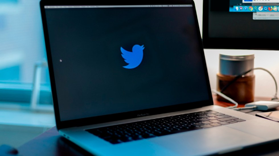 """""""Es lamentable ver comentarios dirigidos a nuestros empleados como responsables de las reglas de la empresa"""", responde Twitter a AMLO - Twitter suspende más de 70 mil cuentas con contenido sobre Qanon. Foto Unsplash"""