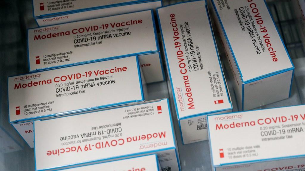 Denuncian que Moderna tampoco entregará a Alemania las vacunas acordadas - Vacuna contra COVID-19 de Moderna en su caja. Foto de EFE
