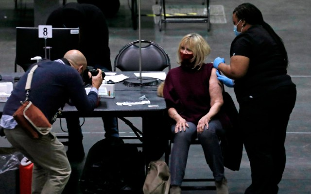 Nueva York administra el 83% de vacunas contra COVID-19 y pide más suministro ante demanda - Una mujer recibe dosis de vacuna contra la COVID-19 en Nueva York. Foto de EFE