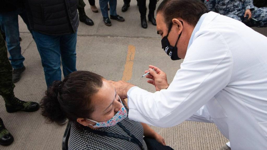 """Personal médico que se """"salte la fila"""" para vacunación contra COVID-19 será sancionado, confirma López-Gatell - Foto de @nuevoleon"""