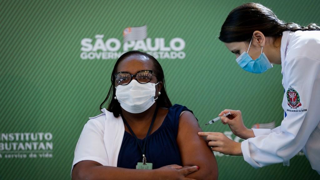 Brasil aplica la primera vacuna contra COVID-19 a una enfermera - Vacunación a enfermera en Brasil. Foto de EFE