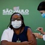 Brasil autoriza el uso de vacunas china y de AstraZeneca - Vacunación a enfermera en Brasil. Foto de EFE
