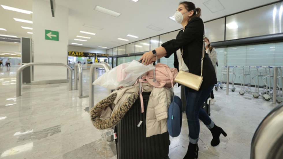 Operación simultánea de aeropuertos es totalmente viable, asegura Gobierno de México - Pasajera en AICM. Foto de IATA