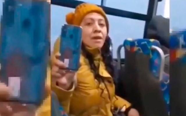 #Video Mujer agrede en transporte público a trabajadora de Salud que le reclamó por no usar cubrebocas - Ya la apodan #LadyCubrebocasMetepec por no usar cubrebocas en transporte público. Foto Captura de pantalla
