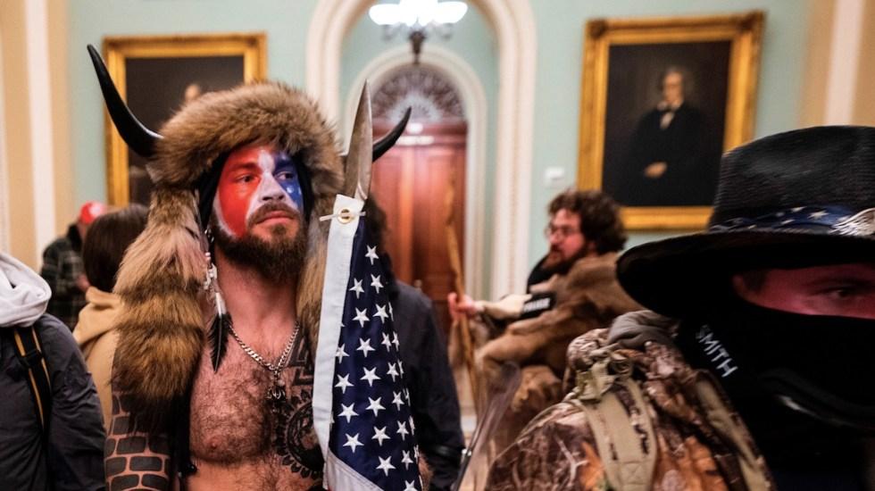 Detienen a 'Yellowstone Wolf' y a Adam Christian Johnson, quienes participaron en la toma del Capitolio - Foto de EFE