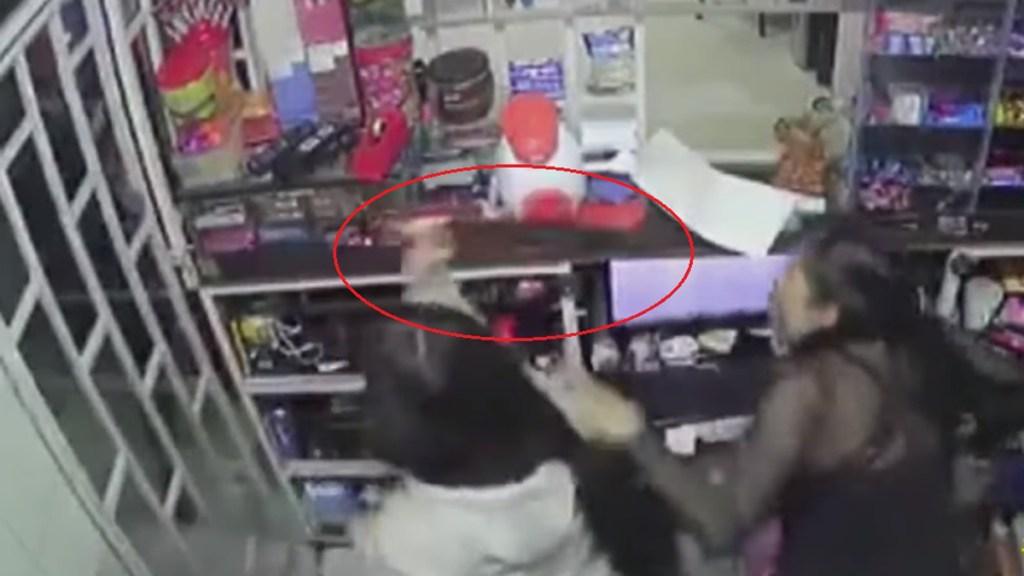 #Video Adolescente enfrenta a asaltante a machetazos en Colombia - Adolescente ahuyenta a asaltante a machetazos en Colombia. Captura de pantalla