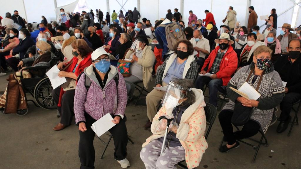 Vacunación en México avanza contrarreloj y con ansiedad entre la población - Adultos mayores en espera de vacunación contra COVID-19 en Ecatepec. Foto de EFE