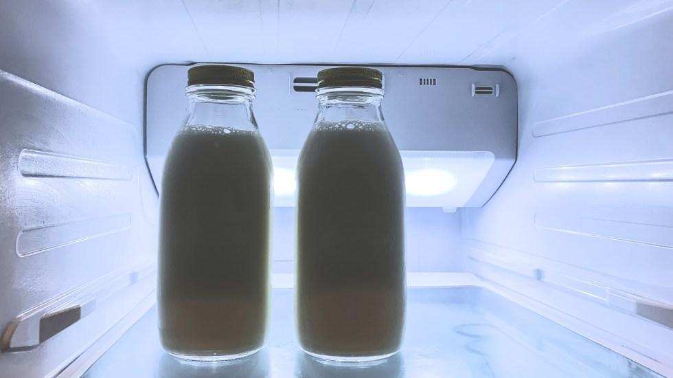 Detectan microplásticos en leche pasteurizada vendida en México - Botellas de leche en el refrigerador. Foto de Debby Hudson on Unsplash