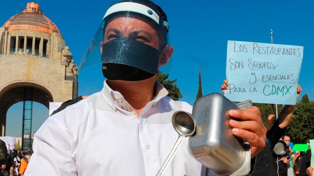 Restaurantes de Ciudad de México piden con cacerolazos poder abrir más horas - Foto de EFE