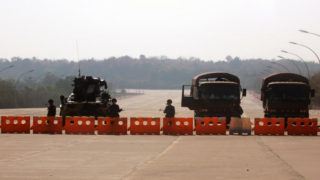 Golpe militar aborta la frágil transición democrática de Birmania - Cerco militar en Birmania tras golpe de Estado. Foto de EFE