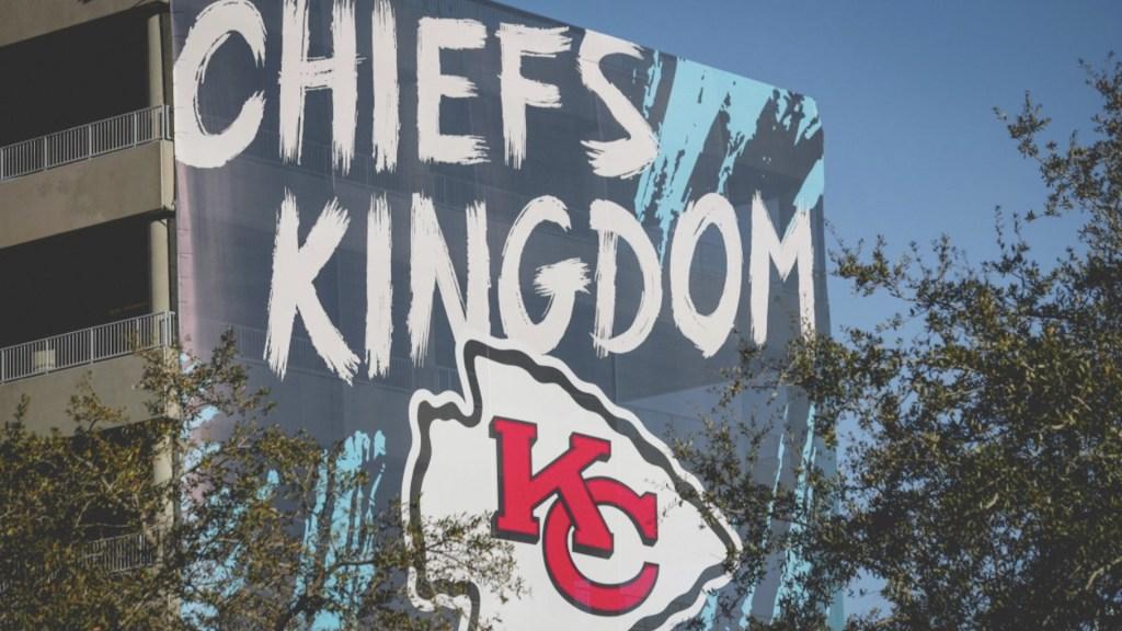 Peluquero de los Chiefs da positivo a COVID-19; habría acudido a cortar el cabello a jugadores - Foto de @Chiefs