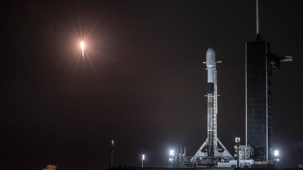 SpaceX alista lanzamiento de otros 60 satélites Starlink tras mal clima - Cohete Falcon 9 en plataforma de despegue. Foto de @SpaceX