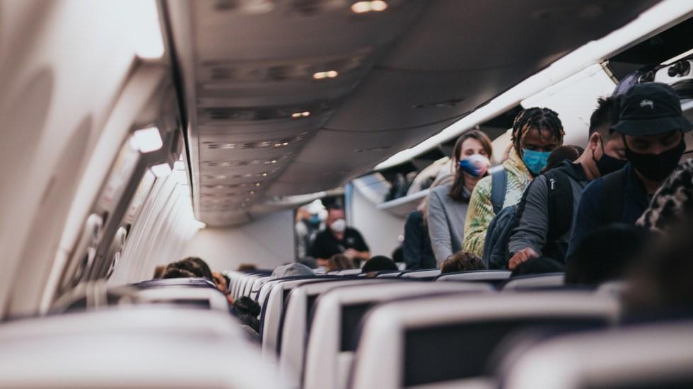 """Degradación de calificación aérea de México fue por """"indiferencia de las autoridades"""", acusa Sinacta - Descenso de pasajeros de avión con cubrebocas durante pandemia de COVID-19. Foto de Andrew"""