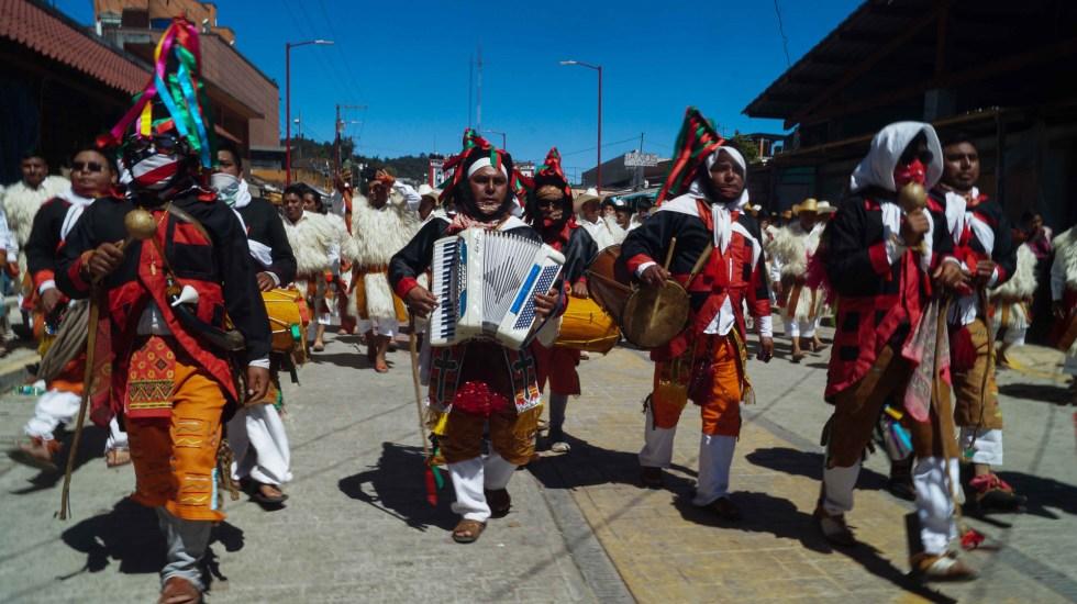 Pueblos indígenas celebran ancestral carnaval en Chiapas pese a pandemia - Desfile de carnaval en San Juan Chamula, Chiapas. Foto de EFE