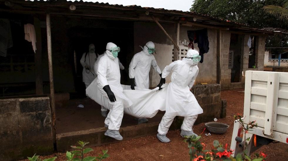 Se desata brote de ébola en Guinea-Conakri a cinco años de la gran epidemia en África Occidental - Enfermeros liberianos llevan el cuerpo de una víctima del ébola desde una casa para su entierro en la comunidad de Banjor en las afueras de Monrovia, Liberia. Foto de EFE/EPA/AHMED JALLANZO