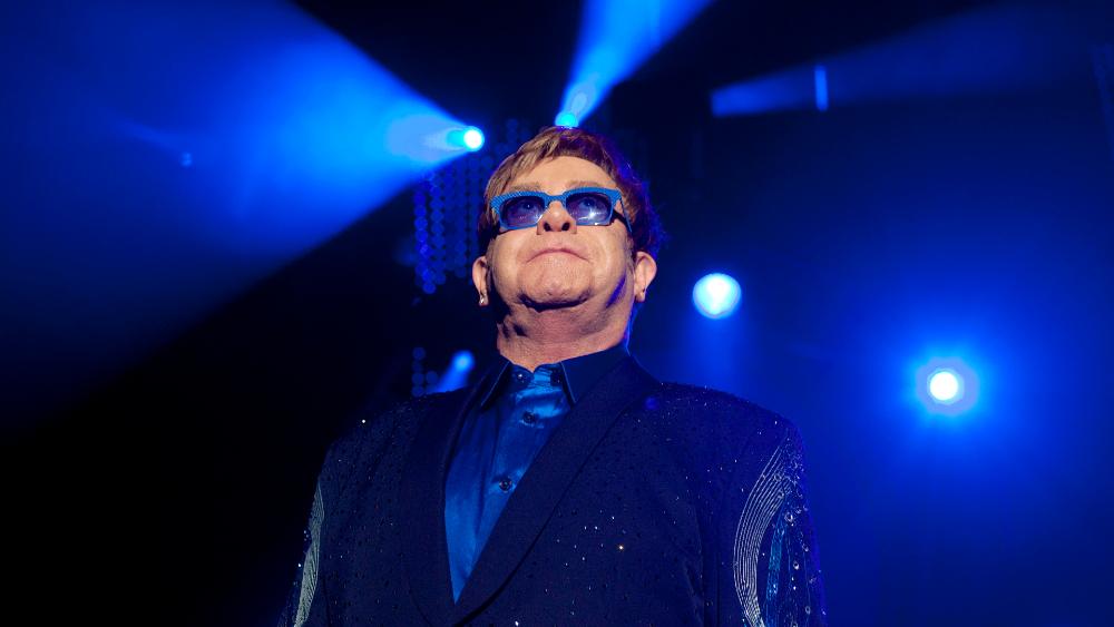 Elton John y Michael Caine llaman con humor a los británicos a vacunarse - Foto de EFE