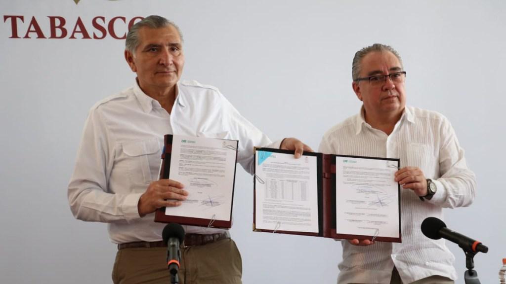 Gobernador de Tabasco y Manuel Bartlett liman asperezas con 'perdón' al adeudo histórico de luz - Firma de convenio entre Tabasco y CFE. Foto de @adan_augusto