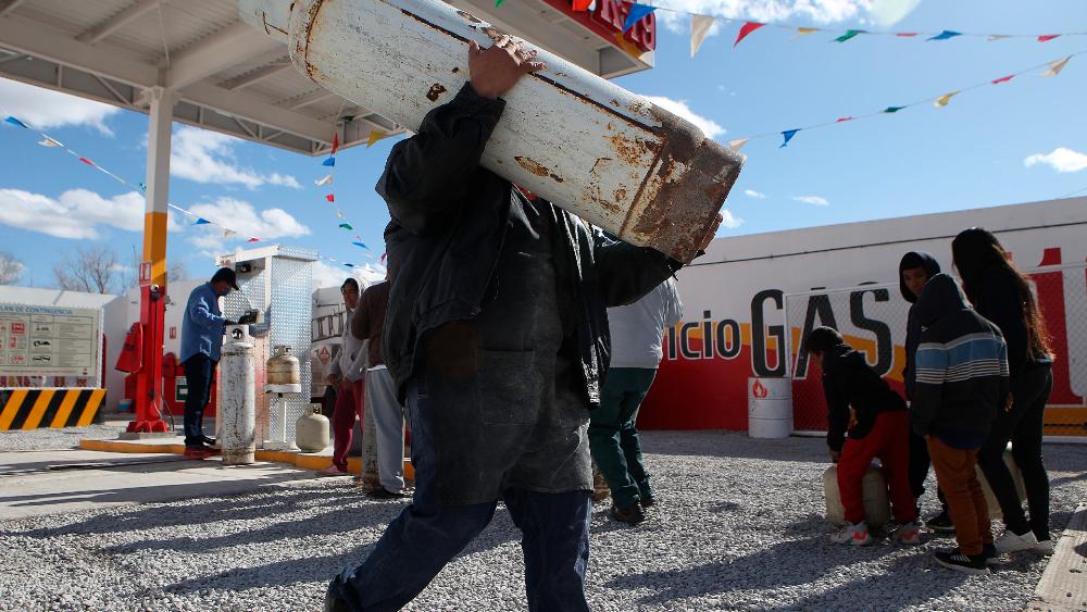 México registra seis nuevas muertes por la onda gélida en el norte - Personas hacen fila en busca de gas butano dada su escasez debido al intenso frío en Ciudad Juárez, Chihuahua. Foto de EFE