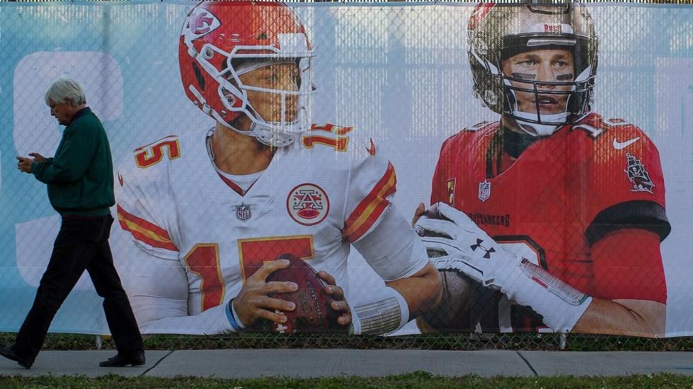 Super Bowl LV albergará duelo histórico entre Brady y Mahomes - Imagen de los mariscales de campo Tom Brady y Patrick Mahomes afuera del estadio donde se jugará el Super Bowl LV. Foto de EFE