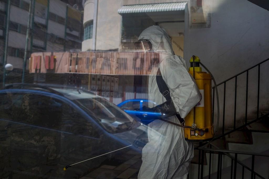 Maduro decreta cerco sanitario en Caracas por expansión del COVID-19 - Trabajadores de la Alcaldía de Chacao y de Protección Civil participan en una jornada de desinfección contra de calles y edificios contra COVID-19 hoy, en Caracas, Venezuela. El país caribeño cuenta con 6 mil 664 casos activos de COVID-19, una pandemia de la que se han recuperado casi 130 mil personas, de acuerdo con el balance gubernamental presentado este domingo. Foto de EFE/ Miguel Gutiérrez.