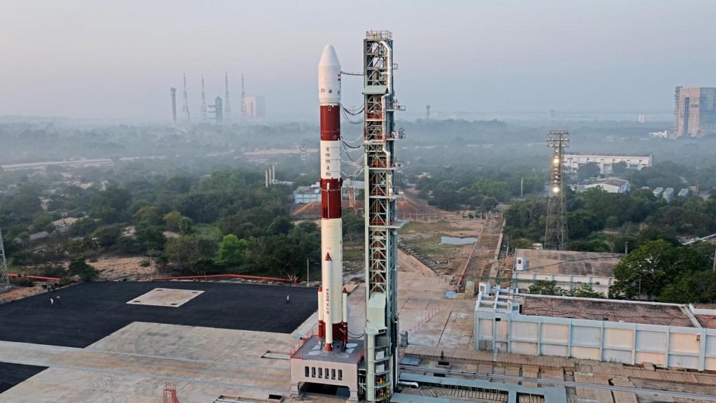 Lanzan al espacio nanosatélite mexicano desarrollado por la UNAM - Lanzamiento de cohete desde la India con nanosatélite mexicano a bordo. Foto de ISRO