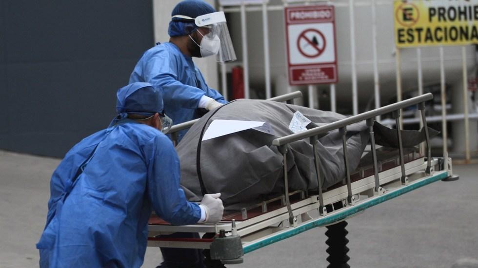 Salud debe dar a conocer defunciones registradas entre enero y septiembre de 2020, determina el Inai - Personal de la salud conducen el cuerpo de un fallecido por COVID-19 en el Hospital General en la fronteriza Ciudad Juárez, Chihuahua. Foto de EFE/ Luis Torres