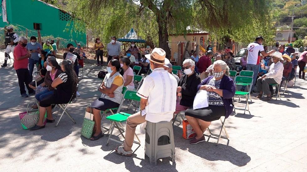 INE vigilará que no se tome foto a credencial de elector en programa de vacunación contra COVID-19 - Un grupo de adultos mayores espera para recibir la vacuna contra COVID-19 en el poblado de Cuicatlán, Oaxaca. Foto de EFE/ Daniel Ricardez.
