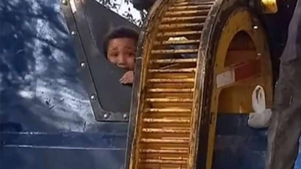 Niño se esconde en bote de basura; casi termina triturado por camión recolector - Niño Florida Estados Unidos camión basura
