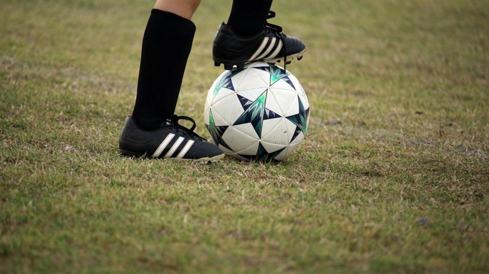 Ligas y Federaciones se unen a Project Play para impulsar el deporte en la niñez mexicana - Niño jugando futbol. Foto de HalGatewood.com / Unsplash