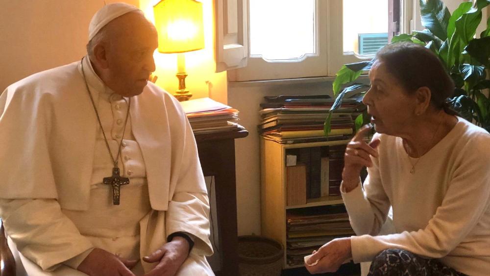 Papa Francisco visita por sorpresa a una poetisa y superviviente del holocausto en Roma - Foto de Vatican Media