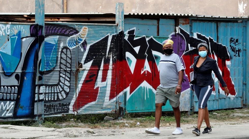 La pandemia elevó el autoritarismo en Latinoamérica, según fundación de Soros - Pareja durante pandemia de COVID-19 en Cuba. Foto de EFE