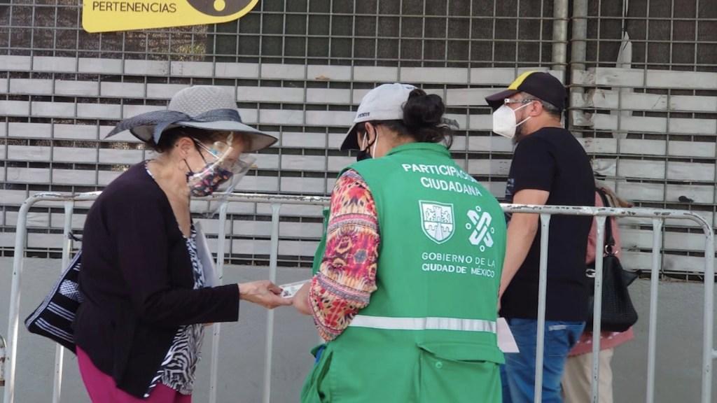 Inai pide no tomar fotos a identificaciones de adultos mayores que se vacunen contra el COVID-19 - Foto de Adán de la Cruz/López-Dóriga Digital