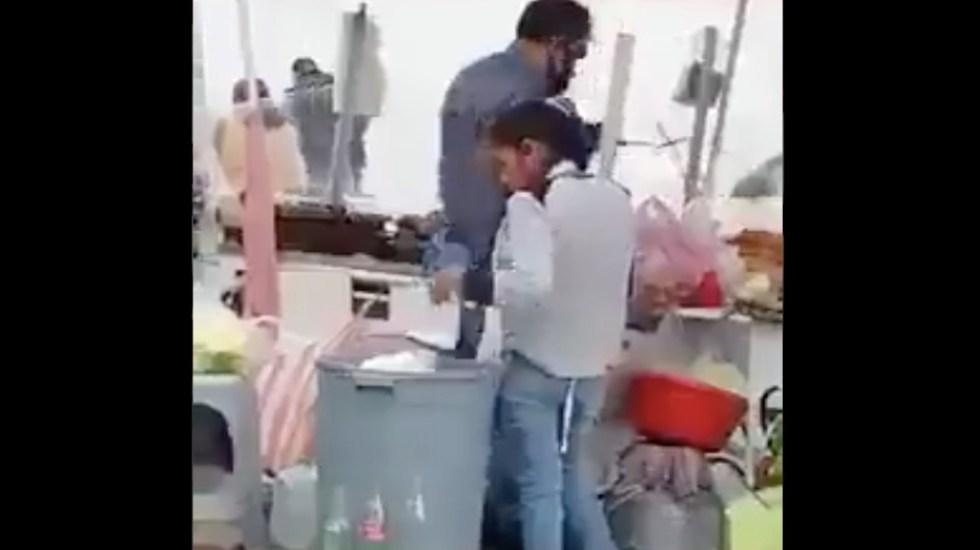 #Video Pareja saca platos de bote de basura para reutilizarlos en puesto de tacos en Ecatepec - Captura de pantalla