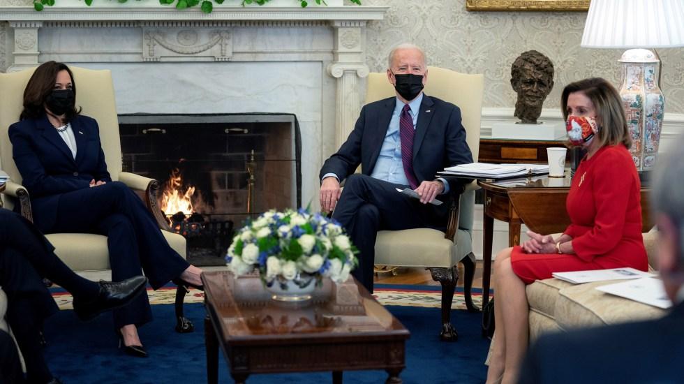 Asistentes de Biden y Pelosi dieron positivo a COVID-19 pese a estar vacunados - Reunión entre Biden, Harris y Pelosi. Foto de EFE