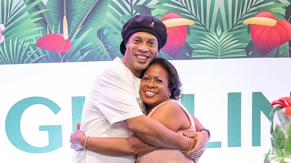 Murió por COVID-19 la madre de Ronaldinho - Ronaldinho abrazando a su madre. Foto de @ronaldinho
