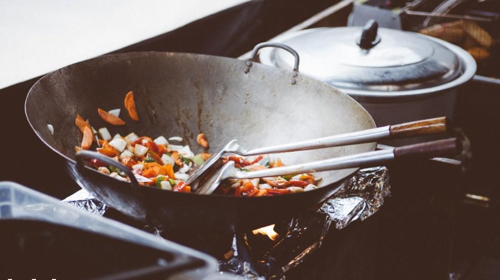¿Por qué se pega la comida al sartén? Así lo explican los científicos - Foto de Clem Onojeghuo para Unsplash
