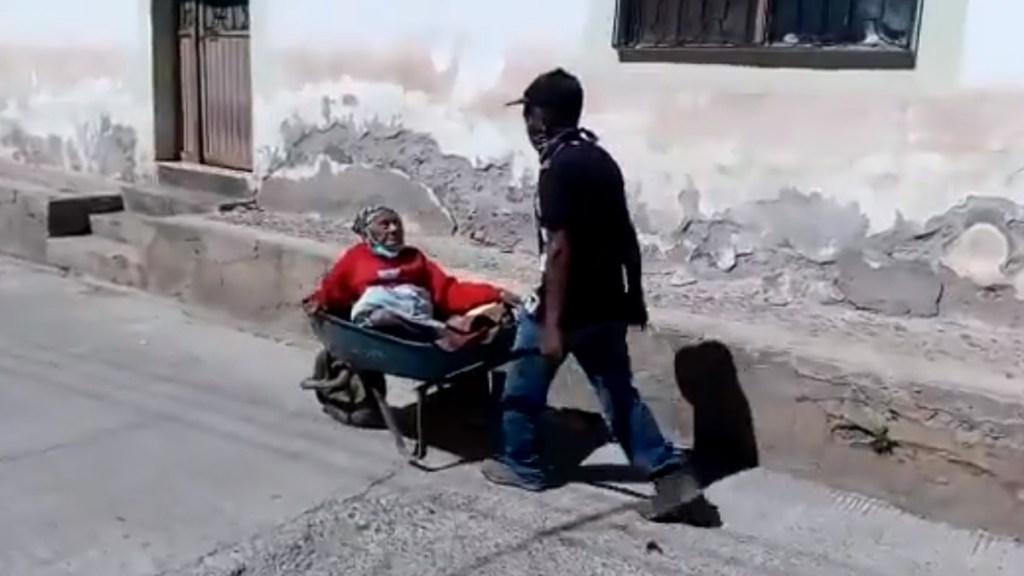 #Video Abuelito de 70 años lleva en carretilla a su madre de 100 años a vacunarse contra COVID-19 - Señora Bartola es trasladada en carretilla a centro de vacunación contra COVID-19 en Chihuahua. Captura de pantalla