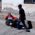 #Video Abuelito de 70 años lleva en carretilla a su madre de 100 años a vacunarse contra COVID-19