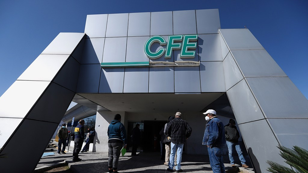 """Iniciativa de política energética del gobierno federal es """"suicida"""", afirma el gobernador Riquelme - Sucursal de CFE en Saltillo, Coahuila. Foto de EFE"""