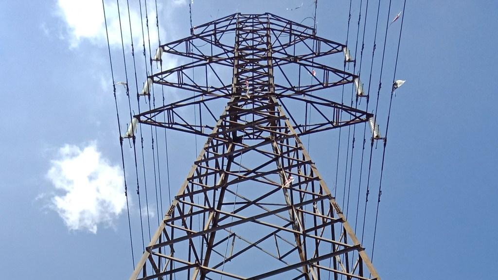 Gobierno de México recrudece la lucha por el control del sector eléctrico - Torre de energía eléctrica. Foto de  Dina Shinta Lestari / Unsplash