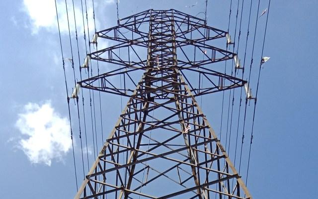 CCE asegura que reforma eléctrica lesiona economía y medioambiente - Torre de energía eléctrica. Foto de  Dina Shinta Lestari / Unsplash
